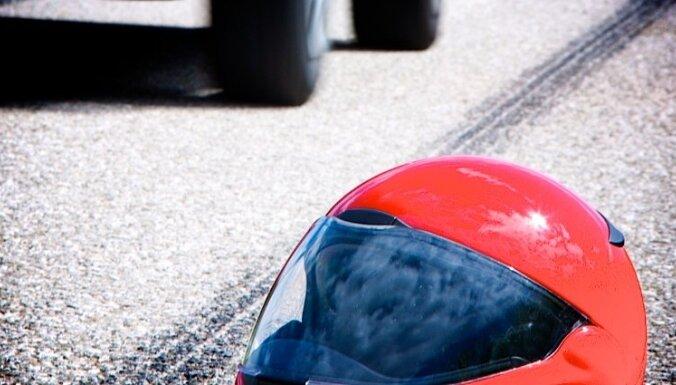 Rīgā motocikla BMW vadītājs ietriecas žogā un iet bojā