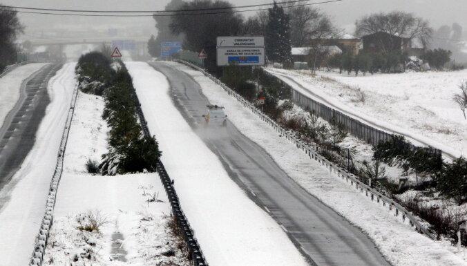 Sniega un ledus dēļ apgrūtināta braukšana pa Latvijas ceļiem