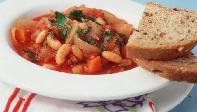 Ātrais dārzeņu sautējums ar pupiņām un tomātiem