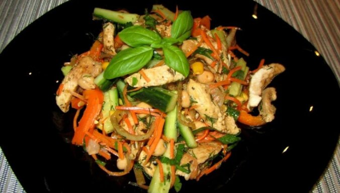 Пикантный куриный салат с турецким горохом для тех, кто считает калории