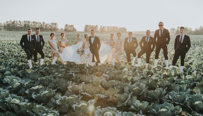 ФОТО: латвийская пара прославилась фотосессией на капустном поле
