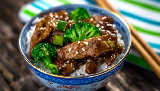 Liellopa gaļa ar brokoļiem vokpannā