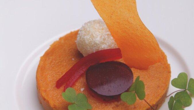 Smiltsērkšķu un balzāma želejkūka ar auzu pārslu cepumu pamatni un skābā krējuma konfekti