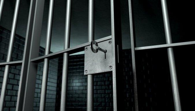 Tikko no cietuma atbrīvots vīrietis aplaupa cilvēku