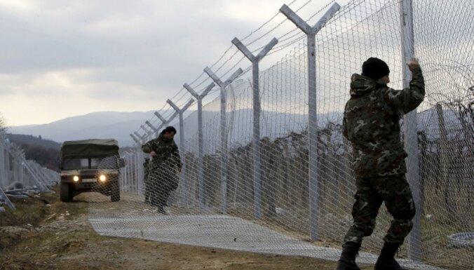EK 'ļoti satraukta' par sadursmēm ar imigrantiem uz Maķedonijas-Grieķijas robežas