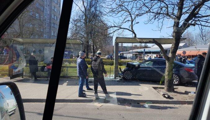 ФОТО: На улице Маскавас автомобиль врезался в остановку
