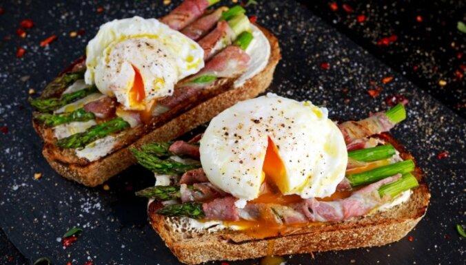 Karaliskās brokastu maizītes ar sparģeļiem un plaucētu olu