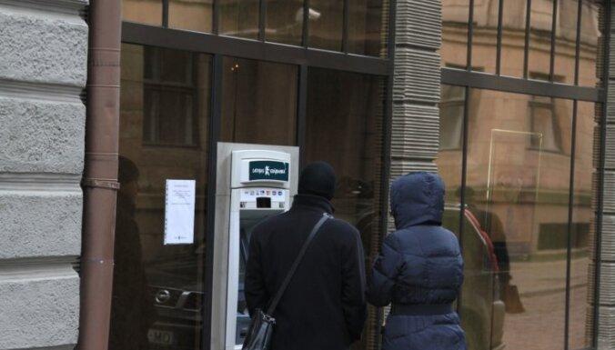 У филиалов Krājbanka толпятся любопытные, в помещениях замечены охранники