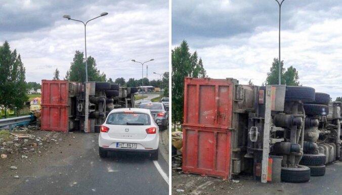 Kravas auto avārijā Ulmaņa gatvē cieš tā vadītājs; bloķēta satiksme