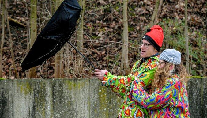 Сегодня Латвию ждут очень сильные грозы: жителей призывают укрыться от молний и крупного града с ливнем