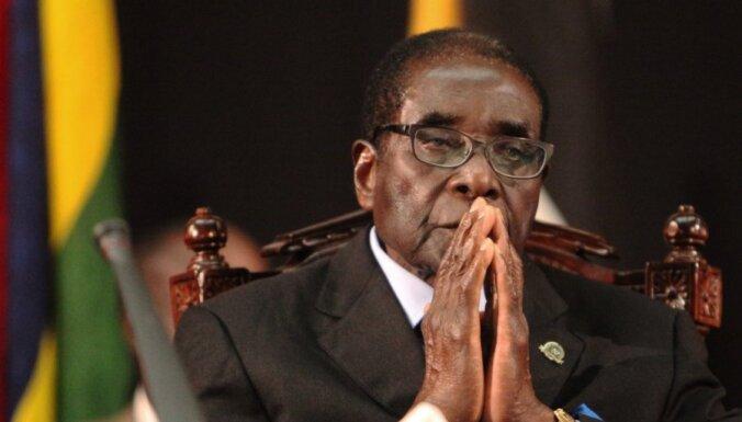 Laikraksts: Zimbabves prezidents Mugabe ir uz nāves gultas
