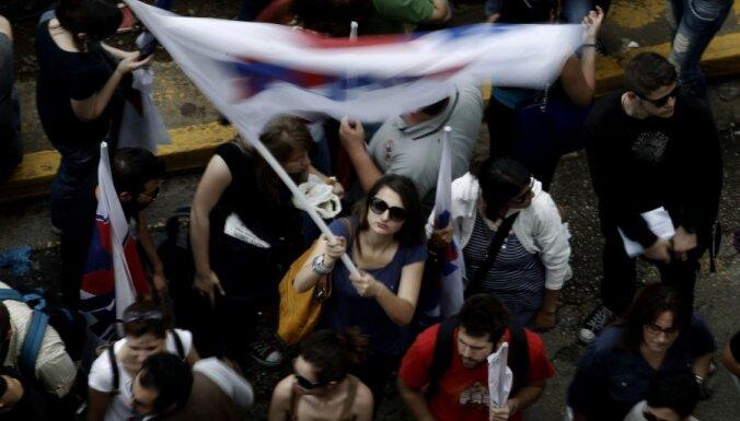 Fotoreportāža: grieķi streiko un protestē pret valsts raidsabiedrības ERT slēgšanu