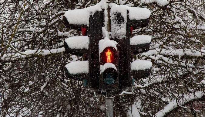 Autoceļi sniegoti un apledojuši; strādā 178 ziemas tehnikas vienības