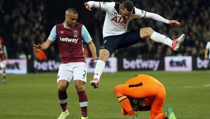 Tottenham Vincent Janssen, West Ham goalkeeper Adrian
