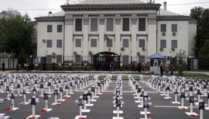 ФОТО: У посольства России в Киеве выставили кресты с фотографиями погибших под Иловайском