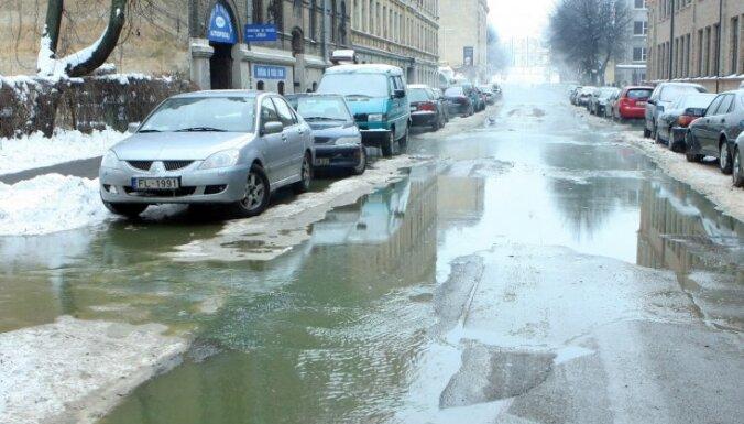 На улице Висвалжа крупная авария на теплотрассе (фото)