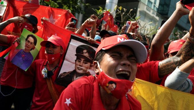 Военный путч в Мьянме: всеобщая забастовка и водометы против демонстрантов