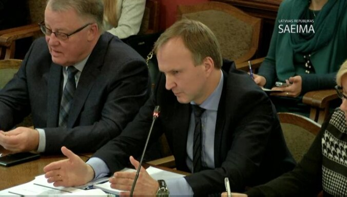 Ulmanis, Vīķe-Freiberga un Zatlers spriež par prezidenta pilnvaru paplašināšanu.