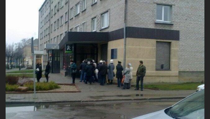 У банкоматов Krājbanka выстроились очереди
