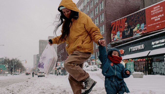 ASV austrumu piekrasti skārusi spēcīga sniega vētra