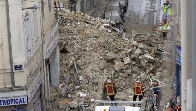 Sagrūstot divām ēkām, Marseļā drupās varētu būt aprakti desmit cilvēki