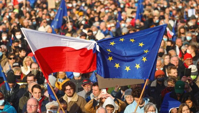 Poļi demonstrācijās pauž atbalstu ES