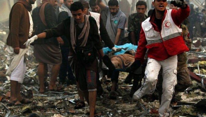 Gaisa triecienos bēru namam Jemenā gājuši bojā un ievainoti desmitiem cilvēku