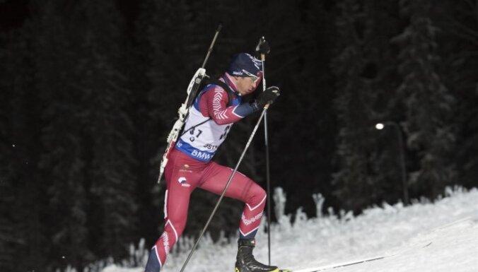 Latvijas biatlonisti pārsteidz un stafetē iekļūst labāko desmitniekā