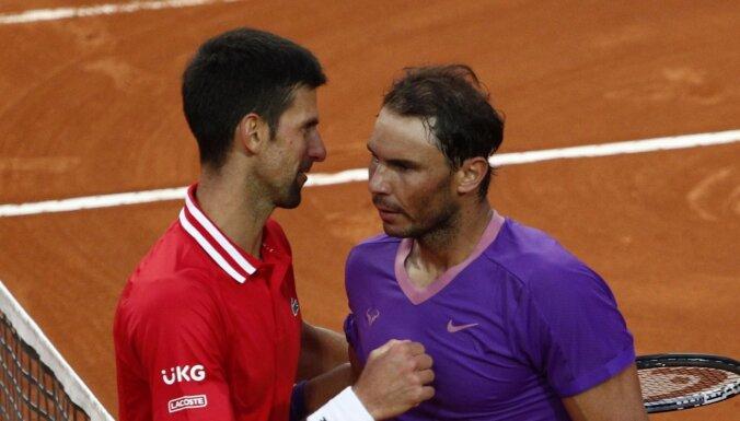 'French Open': Džokovičs pusfinālā spēlēs pret Nadalu; līdzjutēji neredz spēles izskaņu