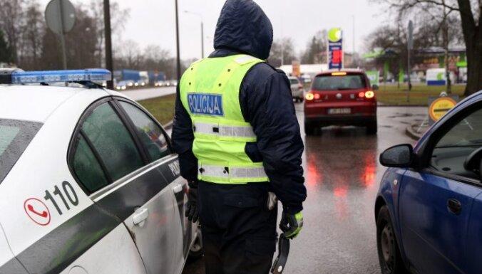 С 24 мая водители обязаны при проверке подавать документы полицейским в руки