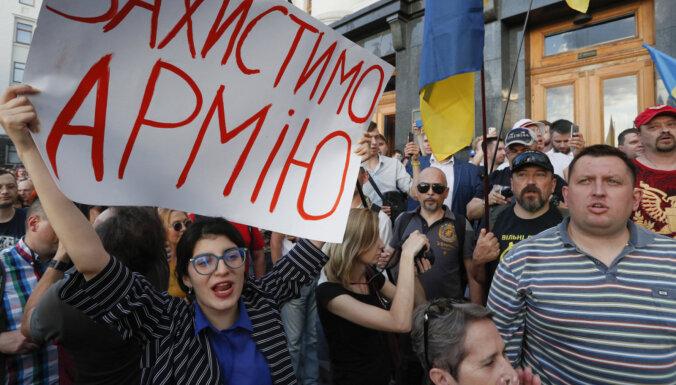 """""""Останови капитуляцию!"""". Почему в Донбассе опять начались бои, а под окнами Зеленского — протесты сторонников войны до победного конца"""