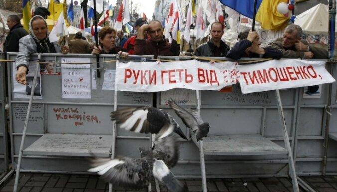 Тысячи человек пришли к СИЗО поздравить Тимошенко с днем рождения