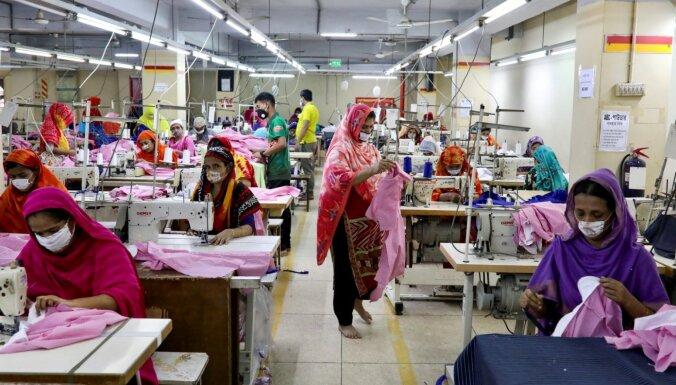 Apģērbu tirgotāji 'slīkst' krājumos, bet rūpnīcas cīnās par izdzīvošanu