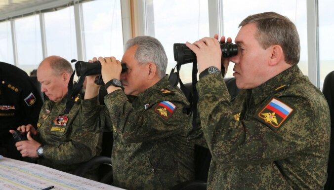 Kijeva: Pie Ukrainas robežām joprojām ir ap 100 tūkstošiem Krievijas karavīru