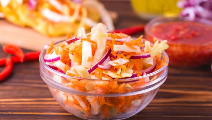 Īpaši kraukšķīgie ikdienas salāti ar karsto pārliešanu