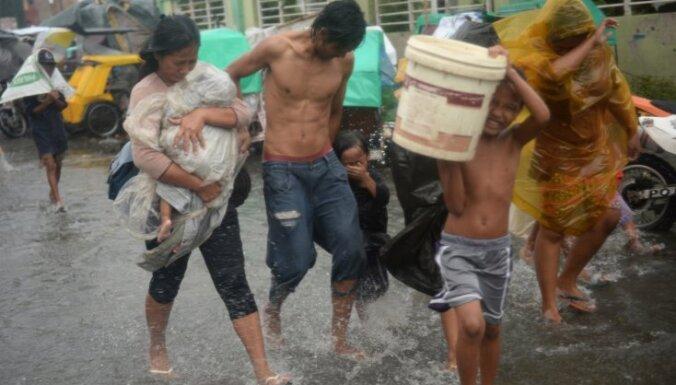 Foto: Filipīnu galvaspilsētu paralizējis taifūns 'Rammasun'