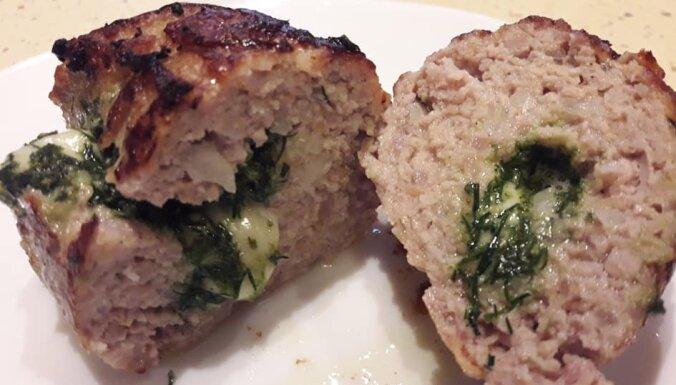Foto recepte: kotletes ar zaļumu sviesta un siera pildījumu