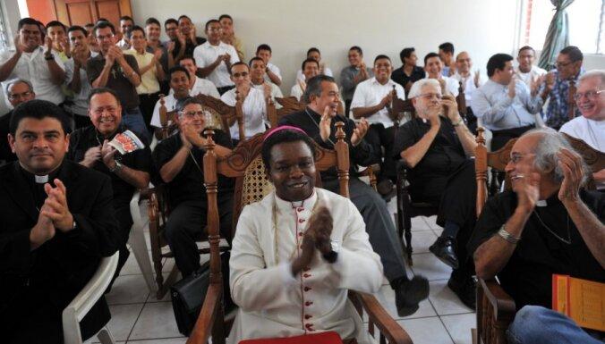 Fotoreportāža: ticīgie visā pasaulē priecājas par jauno pāvestu