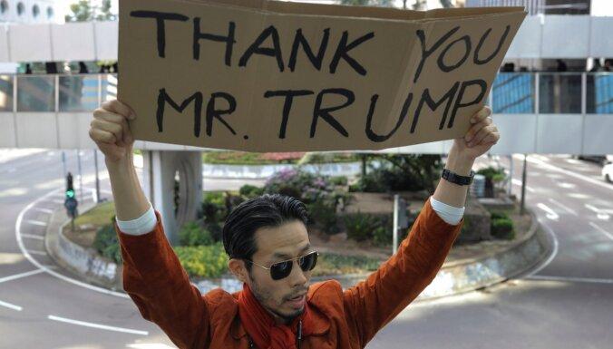Tramps paraksta likumu par atbalstu protestētājiem Honkongā