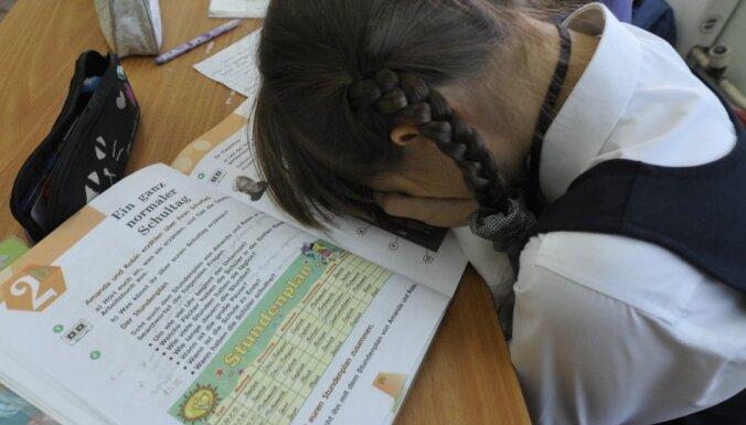 """Латвия """"потеряла"""" десятки тысяч школьников из-за эмиграции и демографической ямы"""