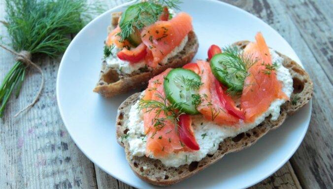Бутерброд с творогом и копченым лососем