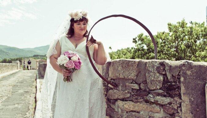 Sieviete oficiāli apprec 600 gadus vecu tiltu