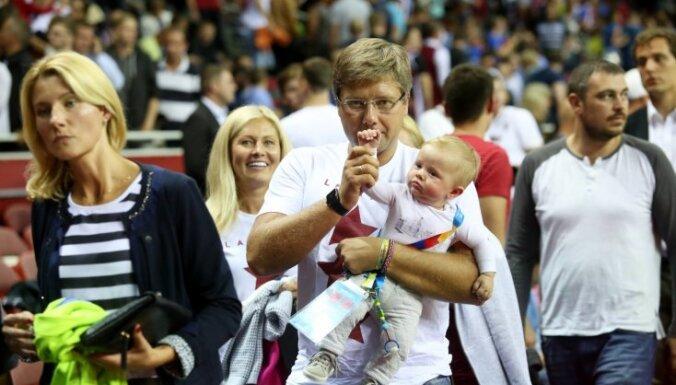 Foto: Ušakovs ar dēliņu apmeklē basketbolu