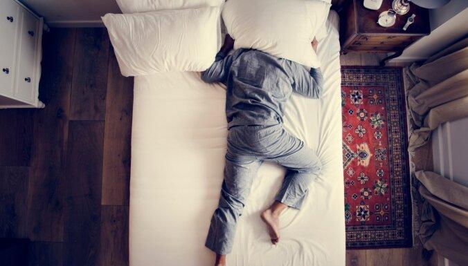 Kā apturēt trauksmainās domas, kas neļauj iemigt