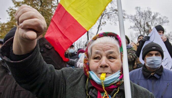 Foto: Moldovā tūkstoši protestē pret prezidentes pilnvaru ierobežošanu