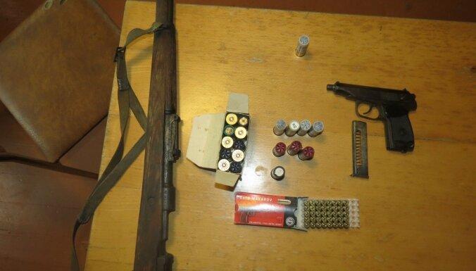 ФОТО. Во время обысков полиция изъяла оружие, предназначавшееся для ОПГ