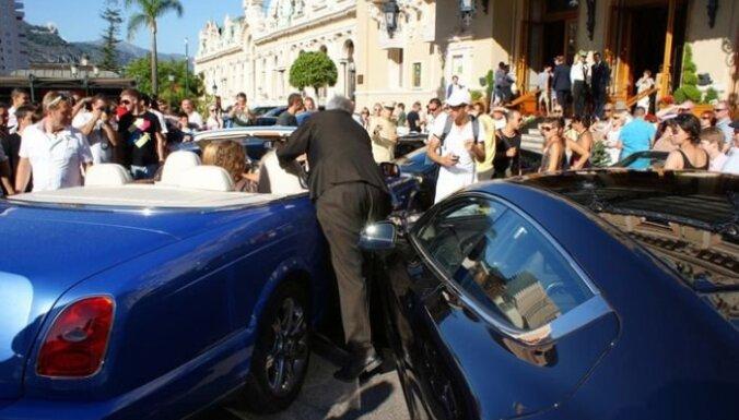 Blondīne ar 'Bentley' izraisa piecu auto sadursmi Monako; iesaistīts arī 'Mercedes' no Latvijas
