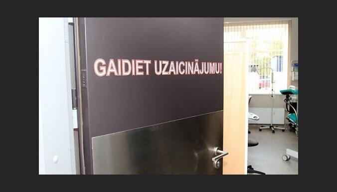 Сотни латвийцев уже в 6 утра выстроились в очередь возле Восточной больницы