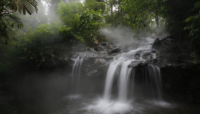 Китайский мальчик выжил после падения в 16-метровый водопад