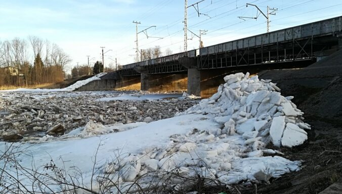 Foto: Iespaidīga ledus drūzmēšanās Ogres upē